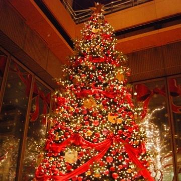 丸の内、ディズニーのクリスマスツリー
