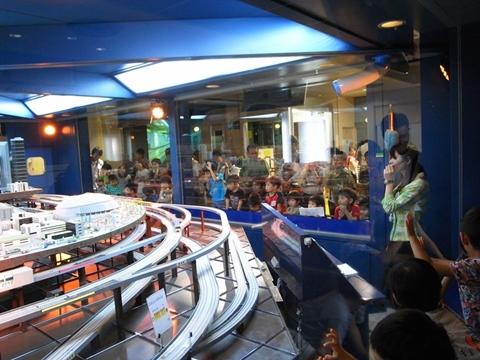 巨大ジオラマの地下鉄ショー